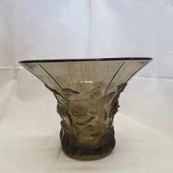 Vase sculpté en verre fumé